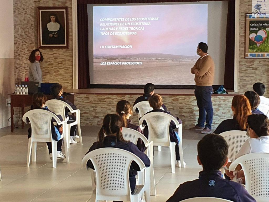 Alumnos del Colegio María Auxiliadora Telde atendiendo a la presentación.